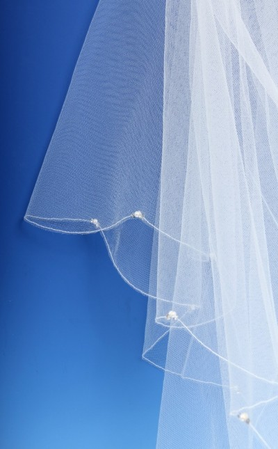 A picture showing a simple pearl and diamante veil, perfect for a Northampton wedding